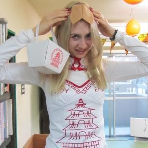 ラーラ先生が扮したのは、 優しい中華お持ち帰りBOX!?です。